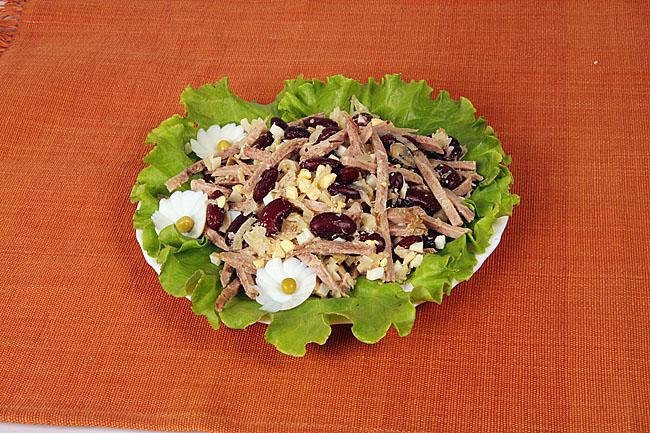 Мясные салаты с фасолью
